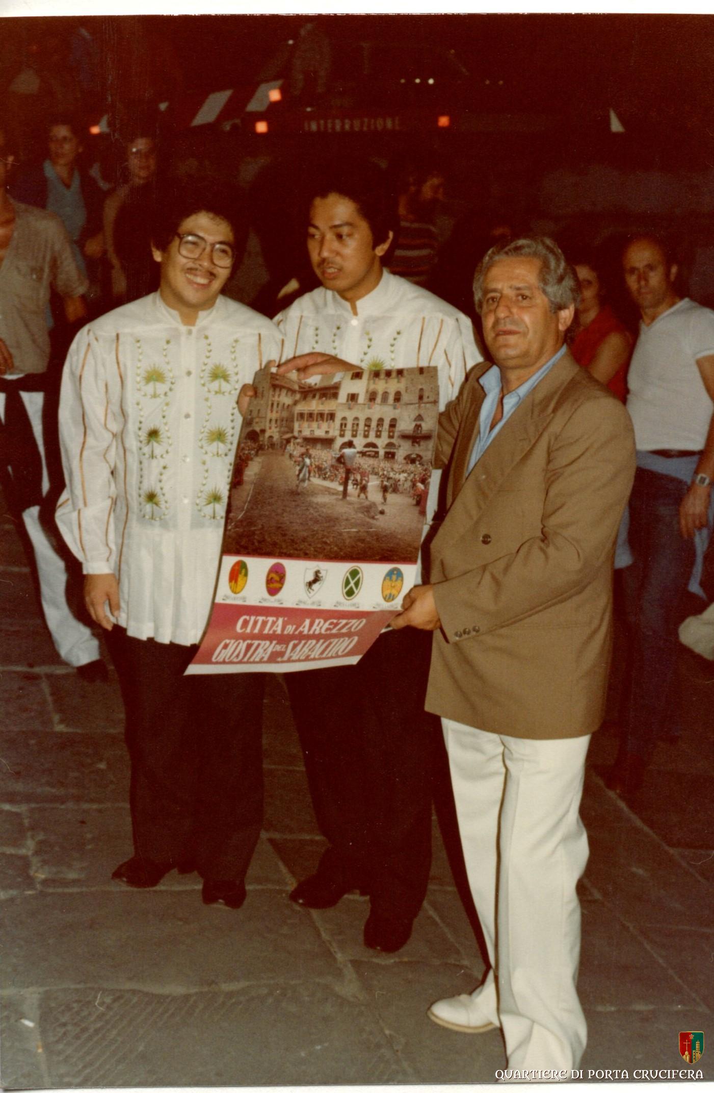 38 - Tonino Morelli dona il poster della Giostra ad un coro del polifonico