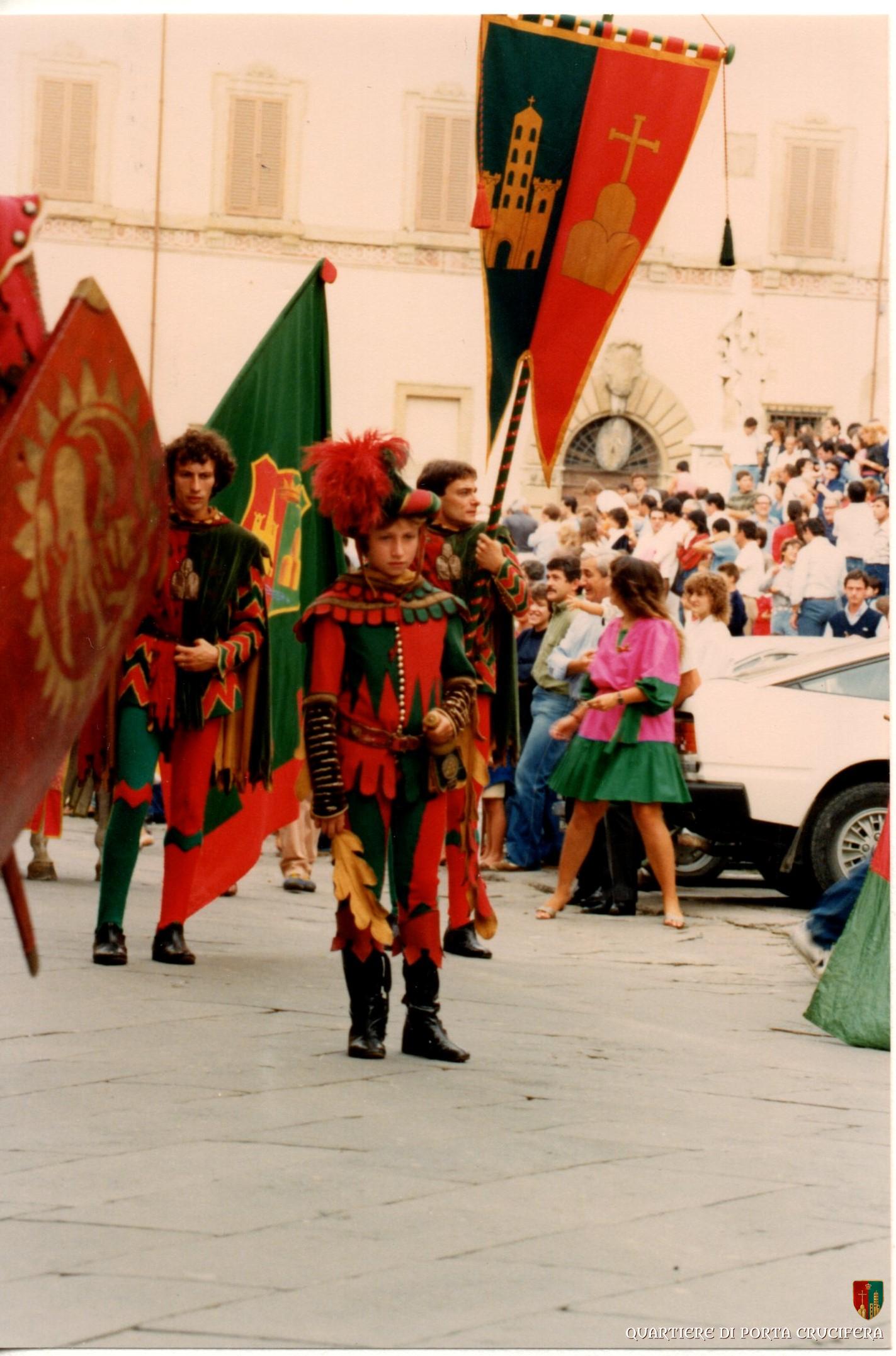 44 - primi anni 80 - dall 82 all 84 Estrazioni carriere - Alessandro Bruschi con bandiera e Paolo Peruzzi vessillifero
